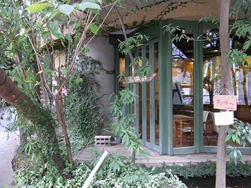 乙女ゴコロをくすぐる庭。3階にはフランス料理が食べられるレストラン「山猫軒」が。「ラピュタ阿佐ヶ谷の会員になると割引で食べられますよ。あんまり使っている人いないけど…」(石井支配人)