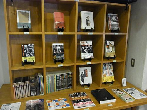 ロビーには映画関連の書籍やマルベル堂のプロマイドなどが販売されています。