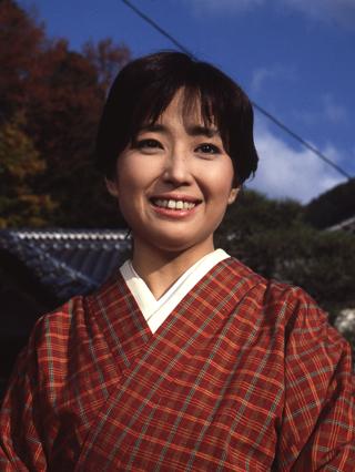 着物姿で微笑む若い頃の竹下景子