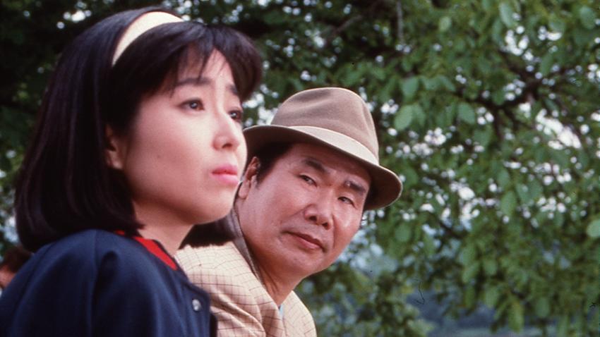 白いカチューシャをして不安そうな表情を浮かべる若い頃の竹下景子
